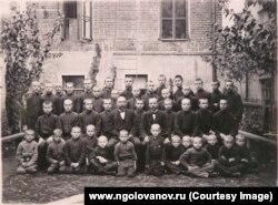 Учащиеся Синодального училища. Н.Голованов в первом ряду пятый слева. 1-й класс