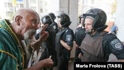 Противостояние возле Украинского дома в связи с принятием закона о статусе русского языка, 2012 год