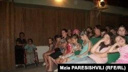 Летом в кукольном театре обычно часто гостят и приехавшие на отдых по специальной программе из Тбилиси дети-инвалиды