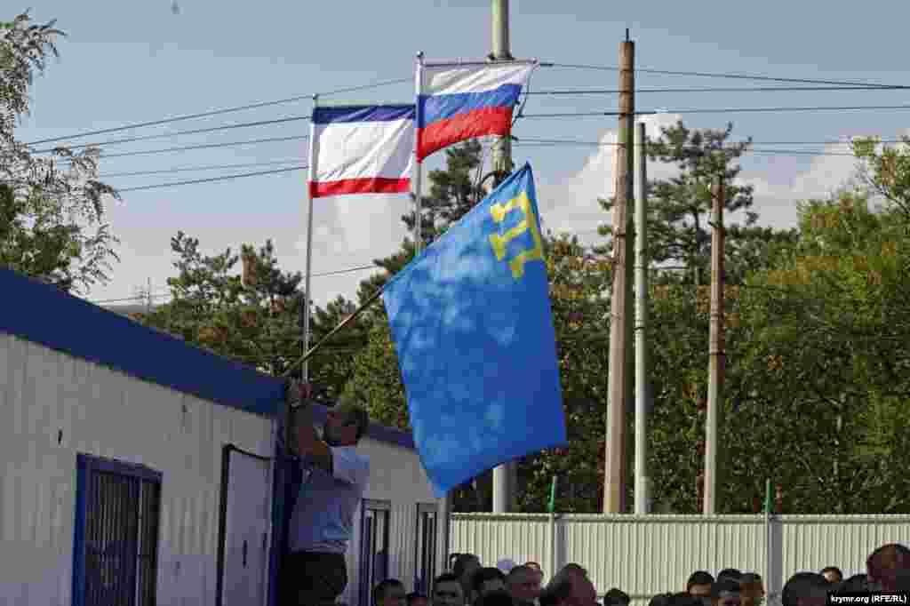 Флаги РФ, Республики Крым и национальный флаг крымских татар