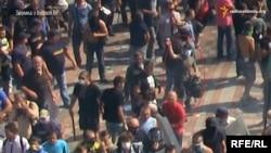 Ukrain parlamentiniň öňünde ýurduň Milli gwardiýasyna we polisiýasyna granat oklan adam. 31-nji awgust, 2015 ý.