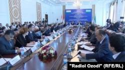 Совместная встреча членов правительства и предпринимателей Узбекистана и Таджикистана в Душанбе, 20 июня 2017 года.