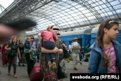 Чеченские беженцы на вокзале в Бресте. 31 августа