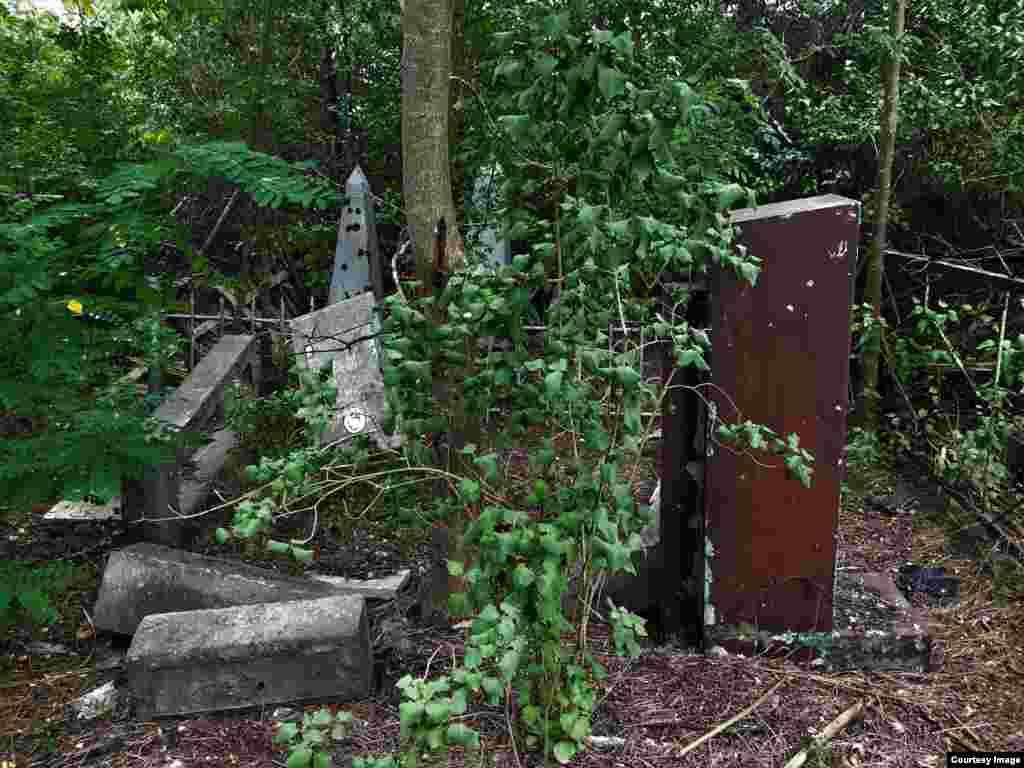 Кладбищем занимается мэрия – периодически школьников привозят сюда на субботники, но они не в состоянии поддерживать порядок на всей огромной территории кладбища
