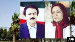 پلاکاردهایی با تصاویر مسعود و مریم رجوی در کمپ پیشین مجاهدین در عراق، تاریخ این تصویر مشخص نیست