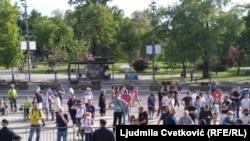 Pristalice vlasti i opozicije ispred Skupštine Srbije
