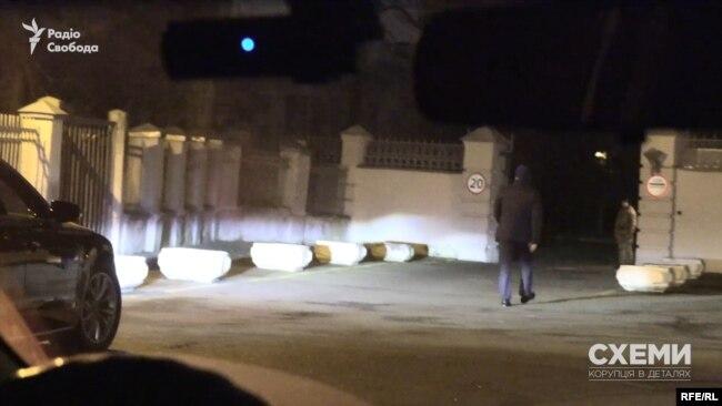 З авта вийшов чоловік, попрямував до воріт ОП, показав посвідчення і потрапив на територію