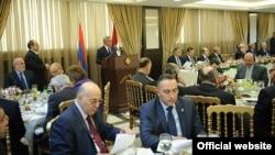 Президент Армении Серж Саргсян выступает на встрече с ливанскими парламентариями, Бейрут, 27 ноября 2012 г. Фотография - официальный сайт президента Армении