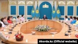 Назарбаев пен әйелдер Ақордадағы кездесуде. Астана, 7 наурыз 2019 жыл.