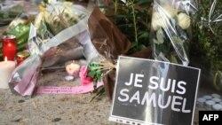 """""""Аз съм Самюел"""". Цветя и плакати пред училището, където е работел 47-годишният Самюел Пати"""