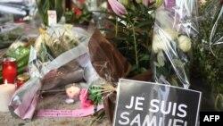 Импровизированный мемориал на месте убийства учителя Самюэля Пати, Конфлан-Сент-Онорин, 17 октября 2020