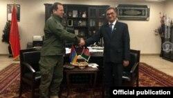 И. о. министра обороны Армении Давид Тоноян (слева) и министр обороны Афганистана Тарик Шах Бахрами, Кабул, 19 ноября 2018 г.