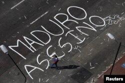 "Надпись на асфальте ""Мадуро - убийца!"", улица в районе Альтамира в Каракасе"