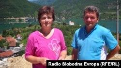 Mina i Dževad Javrić ispred kuće, foto: Mirsada Ćosić