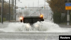 Военный автомобиль едет по затопленной дороге. Мэриленд, 29 октября 2012 года.