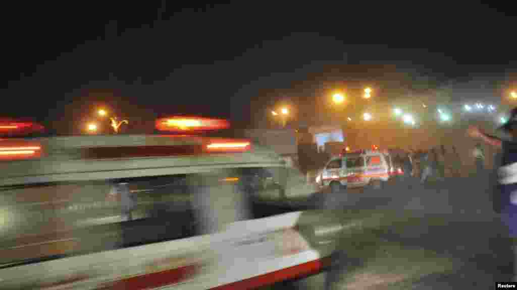 Ambulanțe pakistaneze în drum spre locul celei de-a doua explozii cu bombă petrecute la Karachi, la 21 noiembrie. (Reuters)
