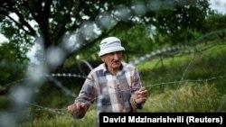 Amnesty International решила начать свой доклад с фотографией 85-летнего жителя Хурвалети, стоящего за колючей проволокой