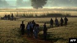 Архива - Бегалци и мигранти ја поминуваат границата од Грција во Македонија. 30.08.2015