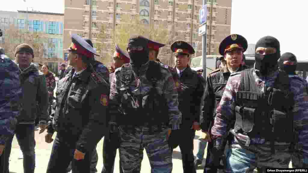 Полиция қызметкерлері және арнайы жасақ өкілдері. Нұр-Сұлтан, 1 мамыр 2019 жыл.