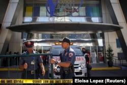 Филиппинские полицейские следят за соблюдением карантина. Манила, май 2020 года