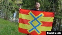 """Артем Чеботарев с флагом """"Свободной Ингрии"""""""