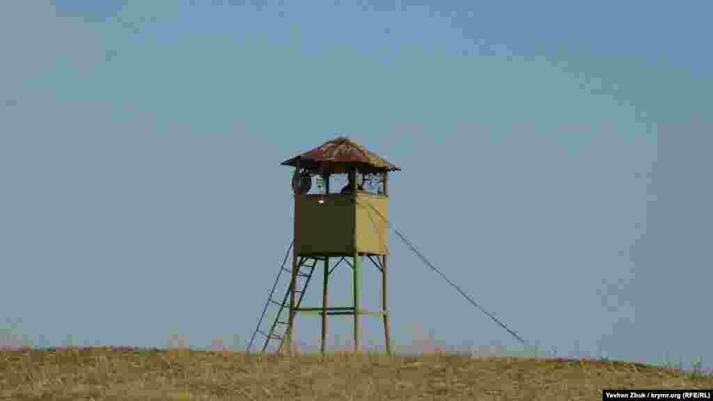 Для проживання особового складу в мирний час поруч звели військове містечко. А для наведення на цілі та коригування вогню обладнали спеціальні пости з далекомірами та візирями на великій відстані від батареї – на мисі Лукулл, у гирлах річок Альма і Кача, біля Херсонеського маяка, на мисі Фіолент і на горі Кая-Баш біля Балаклави