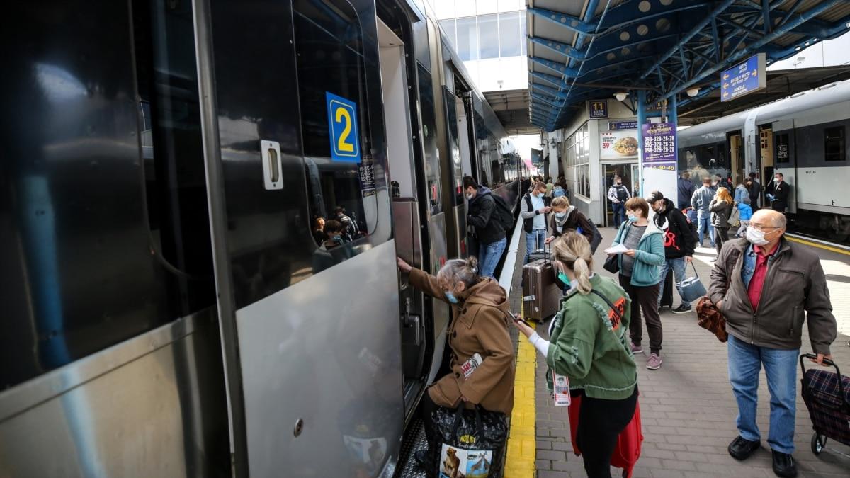 УЗ рассказала о число перевезенных железной дорогой пассажиров в первый день возобновленного курсирования
