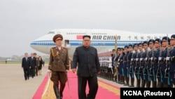 Северокорейский лидер Ким Чен Ын по возвращении в Пхеньян после встречи с президентом США Дональдом Трампом в Сингапуре. 13 июня 2018 года.