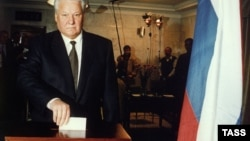 Борис Ельцин голосует на избирательном участке в Барвихе. 3 июля 1996 года
