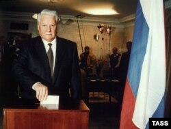 Президент РФ Борис Ельцин на избирательном участке подмосковного посёлка Барвиха, 1996