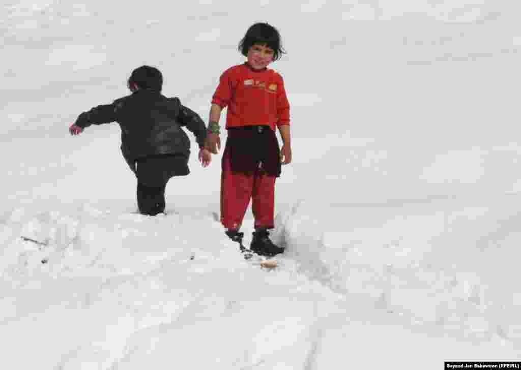 Афганистан. Дети играют в снежки.
