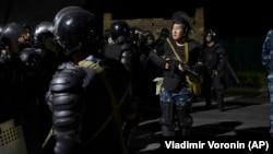 Внаслідок сутичок між силовиками і прихильниками Алмазбека Атамбаєва 7 серпня загинув один спецпризначенець, 52 людини були поранені