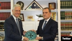 U.S. - U.S. National Security Adviser Robert O'Brien (L) meets with Azerbaijani Foreign Minister Jeyhun Bayramov, Washington, October 23, 2020.