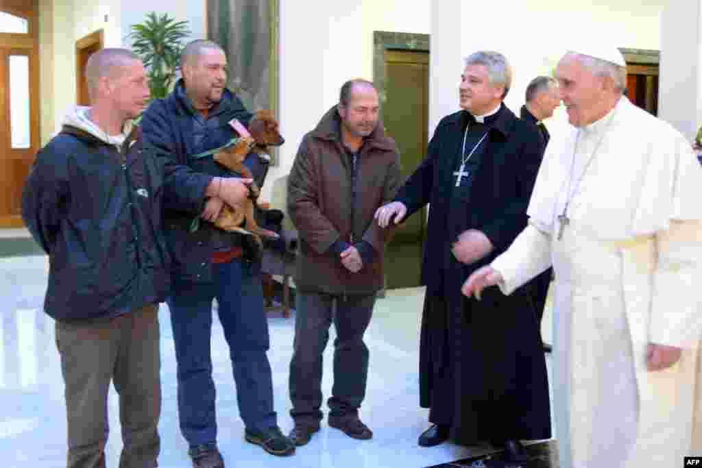 Франциск с бездомными, приглашенными на завтрак в Ватикан