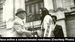 Prima revoluție agrară a început cu împroprietăriri și o foamete provocată de sus în jos. În fotografie Petru Groza înmânând titluri de proprietate, în 1946. Trei ani mai târziu, pământul va fi luat înapoi. Sursa: Fototeca online a comunismului românesc, cotă:4/1946