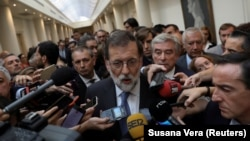 Испания премьер-министрі Мариано Рахой парламент сенатының отырысынан кейін журналистер сұрақтарына жауап беріп тұр. Мадрид, 27 қазан 2017 жыл.