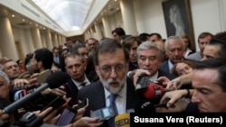 Mariano Rajoy duke folur para gazetarëve mbrëmë në Madrid