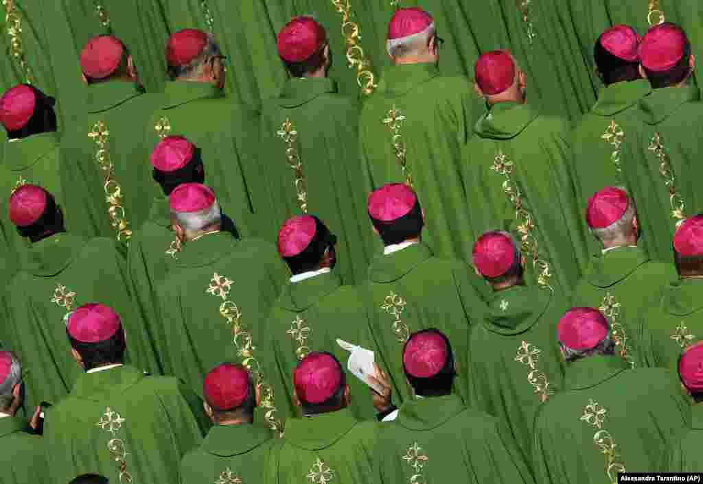 Біскупы падчас імшы, якую служыў папа Францішак на плошчы Сьв. Пятра ў Ватыкане, 3 верасьня.
