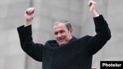 Левон Тер-Петросян выступает на митинге оппозиции в Ереване