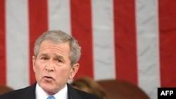 جرج بوش رييس جمهوری آمريکا برای نخستین بار از کاهش ارزش دلار آمريکا در برابر ديگر ارز های جهان ابراز نگرانی کرده است. (عکس AFP)