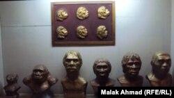Скульптуры, отражающие процесс эволюции человека в Музее естественной истории. Багдад, Ирак, 2013