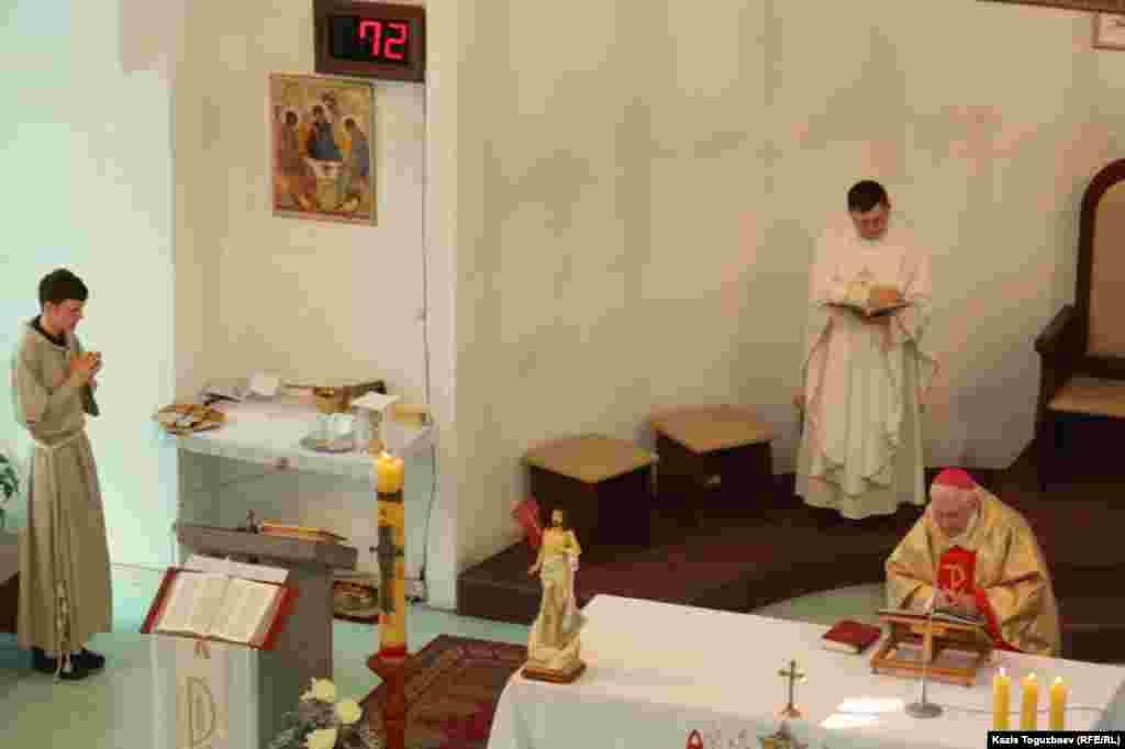 Утренняя пасхальная воскресная месса в Католическом Кафедральном соборе Пресвятой Троицы. Алматы, 31 марта 2013 года.