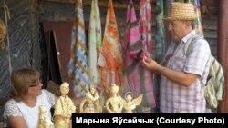 Бард Аляксандар Астроўскі выбірае для дачкі хусьцінку, расьпісаную тэхнікай батык