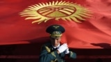 Мамлекеттик тууну көтөрүү учуру. Улуттук гвардиянын жоокери. Бишкек. Архивдик сүрөт.