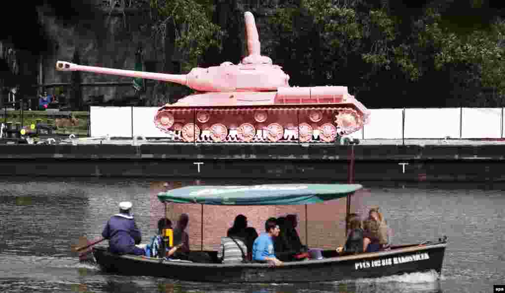 Влтава өзені жағасында тұрған алқызыл танк. 20 маусым 2011 жыл.