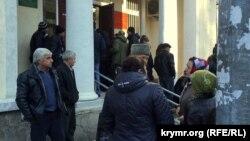 Люди стоят перед зданием Киевского районного суда Симферополя. 17 ноября 2015 года. Иллюстративное фото.