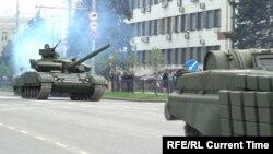 Військова техніка сепаратистів під час репетиції параду, Донецьк, 6 травня 2016 року