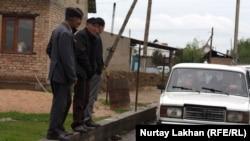Жители дачного массива «Жомарт» стоят у дороги. Алматинская область, 3 мая 2013 года.
