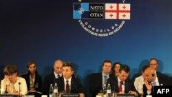 Премьер-министр Грузии Бидзина Иванишвили (второй слева) и генеральный секретарь НАТО Андерс Фог Расмуссен (второй справа) во время встречи в Тбилиси. 26 июня 2013 года.