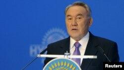 Президент РК Нурсултан Назарбаев выступает на 14-м съезде партии «Нур Отан». Астана, 25 ноября 2011 года.